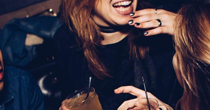 Como chegar em uma mulher com bebidas